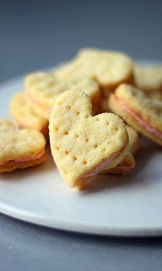 Vaniljatäytekeksit | Maku New Recipes, Sweet Recipes, Cookie Recipes, Dessert Recipes, Favorite Recipes, Desserts, Finnish Recipes, No Bake Cookies, Baking Cookies