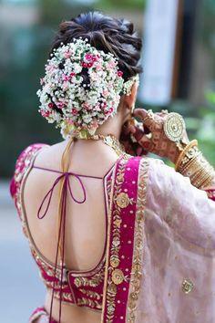 Bold Bridal bun with the floral affair - Beauty Wedding Bridal Hairstyle Indian Wedding, Bridal Hair Buns, Bridal Hairdo, Indian Bridal Outfits, Indian Wedding Hairstyles, Indian Bridal Fashion, Wedding Updo, Wedding Lehnga, Indian Wedding Bride