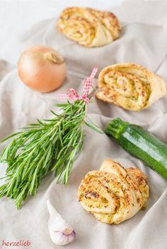 Zucchini Franzbrötchen sind perfekt zum Grillen. Bei diesem Rezept gibt es Zucchini im duftenden Hefeteig, mit Zwiebeln, Knoblauch und aromatischen Rosmarin
