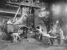 Mit der Entwicklung des Dampfhammers revolutioniert Alfred Krupp 1861 die Stahlverarbeitung. Dieser locht im Hammerwerk II nahtlose Eisenbahnradreifen (Foto von: akg-images)