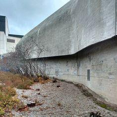 Jyväskylän entinen Poliisitalo nykyinen Tietotalo (Alvar Aalto 1964) kätkee taakseen tämän sisäpihaa rajaavan betonisen muurin. Kuvassa taustalla häämöttää niinikään Aallon suunnittelema kaupunginteatteri. Vielä viime keväänä betonimuuriin oli kasvanut kiinni suurten marjakuusten rivistö. Niiden oksisto alkoi jo haittaamaan betonisen muurirakenteen kuivumista ja kuntoa. Kuuset pätkäistiin pois ja uudet taimet istutetaan turvallisemman matkan päähän muurista. Itkumuurinakin tunnetun seinän…