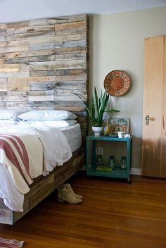Custom pallet wood bed with a gorgeous headboard - Decoist