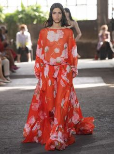 Valentino Ready To Wear Spring Summer 2021 Milan - NOWFASHION News Fashion, Fast Fashion, Fashion Week, Fashion 2017, Runway Fashion, Fashion Show, Fashion Design, Casual Chic Style, Look Chic