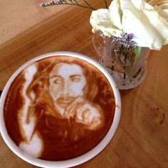 Latte portrait of Bob Marley by New York barista Mike Breach. According to Breach, Marley was a fan of the Jamaican Blue Mountain blend. Image via www.facebook.com/WurldzOfAhrt.