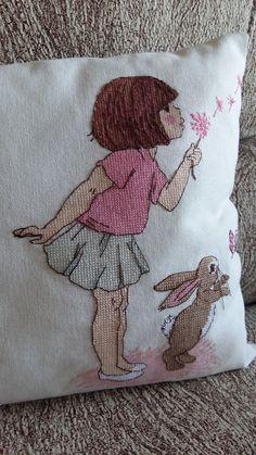 Всем привет! Сегодня покажу вам подушку, украшенную вышивкой замечательной парочкой Белль и ее другом Бу.      Остаться равнодушной от...