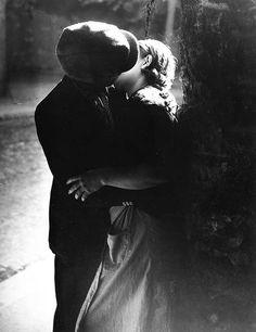 Le Baiser 1933, Brassai. #1930s #kiss #vintage