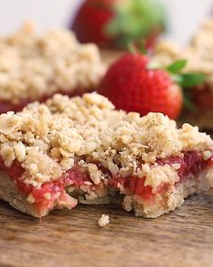 These Strawberry Oatmeal Bars are your summer dessert dreams come true! With an easy to make crust and crumble topping, and a filling made of sliced fresh strawberries reduced to perfection, these oat Healthy Sweets, Healthy Dessert Recipes, Healthy Baking, Baking Recipes, Snack Recipes, Strawberry Desserts Healthy, Health Desserts, Healthy Food, Strawberry Oatmeal Bars