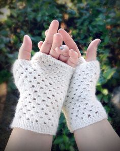 delicate crochet hand warmers (a free pattern)