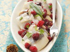 Heringe mit Cranberries und Zwiebeln | Zeit: 30 Min. | http://eatsmarter.de/rezepte/heringe-mit-cranberries-und-zwiebeln