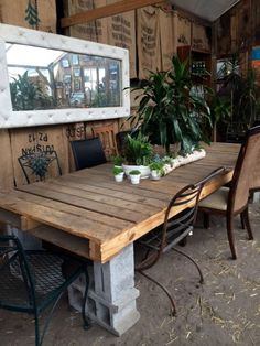 Cinder block and shipping pallet outdoor dining table Cinder Block Furniture, Outdoor Furniture Plans, Pallet Furniture, Furniture Projects, Cinder Blocks, Furniture Decor, Cinder Block Ideas, Diy Projects, Cinder Block Bench