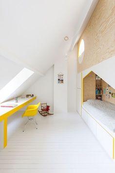 53 Bright Home Decor That Always Look Fantastic house combles stpancras attic Minimalist Kids, Minimalist Bedroom, Minimalist Interior, Bright Homes, Attic Renovation, Attic Remodel, Attic Rooms, Bunk Rooms, Attic Bathroom