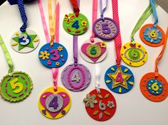 Medallas cumpleaños Classroom Birthday, Birthday Badge, Diy And Crafts, Crafts For Kids, Arts And Crafts, Classroom Displays, Classroom Decor, Behavior Cards, Alphabet Book