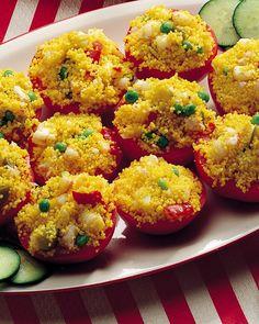 Per la ricetta dei pomodori con insalata al cuscus, aprite orizzontalmente a metà i pomodori. Svuotateli della polpa e dei semi, salateli leggermente e ... Semi, Ethnic Recipes, Food, Essen, Yemek, Meals