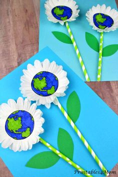 "I am in love with this adorable Daisy Earth Day Craft! The daisy ""petals"" are created using cupcake liners. Add some straws, construction paper and the printable templates to recreate this fun Earth Day activity. Earth Day Activities, Craft Activities, Preschool Crafts, Crafts For Kids, Arts And Crafts, Spring Activities, Classroom Activities, Earth Craft, Earth Day Crafts"