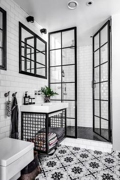 Black and white bathroom: 10 rooms to be inspired-Banheiro preto e branco: 10 ambientes para se inspirar Check out ideas of the classic black and white combination for the bathroom! (Photo: Reproduction) and white - Bad Inspiration, Bathroom Inspiration, Bathroom Interior Design, Modern Interior Design, Bathroom Designs, Interior Ideas, Interior Doors, Contemporary Interior, Interior Inspiration