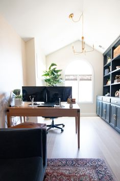 Many of us are now working from home. Here's how to create a good home office setup. The monitors to buy, the perfect desk chair, mousepad, and more. Come take a look at everything you need to be efficient and productive even at home. Diy Pipe Shelves, Built In Shelves, Modern Desk, Modern Contemporary, White Built Ins, Office Built Ins, Closet Door Makeover, Diy Playbook, Home Office Setup