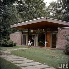 Beattie Residence Rye, New York 1958 is part of Mid century modern house - Architect Ulrich Franzen LIFE Magazine 1958 Photo Nina Leen Barcelona Architecture, Landscape Architecture, Architecture Design, Vintage Architecture, Modern Exterior, Exterior Design, Mid Century Exterior, Mcm House, Mid Century House
