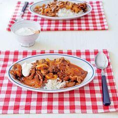 手作りデミグラスソースで作るハヤシライス。子どもから年配の方まで食べられる味加減です。