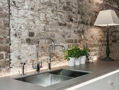 Küche Mit Weißen Schränken Und Küchenrückwand In Industrial Stil
