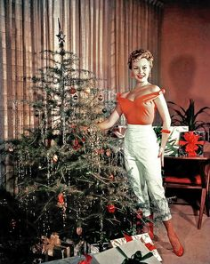 40 Vintage Hollywood Colorful Christmas Celebrity Photos – if it's hip, it's here Vintage Christmas Photos, 1950s Christmas, Old Fashioned Christmas, Christmas Past, Merry Little Christmas, Vintage Holiday, Christmas Pictures, Christmas Colors, Christmas Holidays