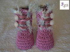 Botinha com Pelinhos de Crochê em linha. Detalhes com botões e fitas de cetim. www.elo7.com.br/grethaborboleta & www.facebook.com/grethaborboleta