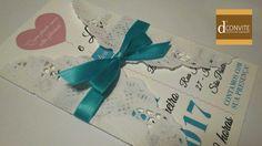 Convite em papel Opalina 250g   Toalha rendada   Fita de cetim e laço   Tag do convidado gratuito   Saquinho plástico individual   adesivo para fechar.