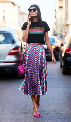 You Need to Add This Flattering Skirt to Your Wardrobe ASAP The midi skirt is a classic staple everyone needs in their wardrobe. Here's how to wear a midi skirt like a street style star. Plaid Outfits, Sweater Outfits, Skirt Outfits, Fashion Outfits, Trendy Outfits, Oversized Sweater Outfit, Turtleneck T Shirt, Outfit Style, Maxi Shirts