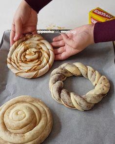 Hayırlı akşamlar 🤗 Bir hamurla 3 çeşit çörek hazırladım 😍 Hepsi ayrı ayrı çok güzel oldu tadanlar bayıldı 🙈 Çikolatalı, haşhaşlı ve tahinli olarak yaptım siz hangisini tercih edersiniz 😋 Valla bana hepsi uyuyor ☺ Koroplast pişirme kağıdıyla tepsim ne kirlendi ne de yapıştı altı üstü çok güzel pişti ... Turkish Recipes, Donuts, Peanut Butter, Sausage, Apple Pie, Food Porn, Food And Drink, Meat, Baking