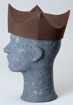 Bonete: Especie de gorra de cuatro picos en forma cónica, tradicional desde la antigüedad.
