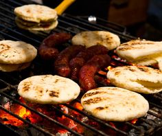 Eat Arepas in Venezuela. Share your Arepas tips and tales! Colombian Arepas, Colombian Cuisine, Colombian Breakfast, Snacking, Corn Cakes, Food Stall, Latin Food, Morning Food, Best Breakfast