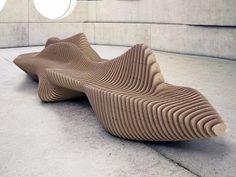 Das ist ja mal ein ausgefallenes Sitzmöbel! Die Murena Bench erhält ihre Form tatsächlich von einer Muräne, die hier als Inspiration diente. Die ganze Bank besteht aus einzelnen 18 Millimeter dicken Holzplatten, die durch Eisenstangen zusammengehalten werd