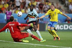 Sweden's goalkeeper Andreas Isaksson eyes the ball along with Belgium's forward Romelu Lukaku (C) and Sweden's defender Erik Johansson during the Euro 2016 group E football match between Sweden and Belgium at the Allianz Riviera stadium in Nice on June 22, 2016. / AFP / Valery HACHE