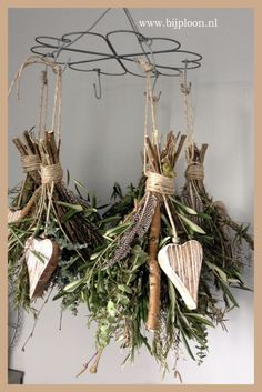DIY Christmas decorations with creative recycling: 20 ideas .- Addobbi Natalizi fai da te con il riciclo creativo: 20 idee alternative di ricic… DIY Christmas decorations with creative recycling: 20 alternative recycling ideas ! Rustic Christmas, Winter Christmas, Christmas Holidays, Christmas Wreaths, Christmas Crafts, Christmas Decorations, Christmas Ornaments, Holiday Decor, Deco Nature