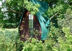 The beautiful Tree Sparrow House in Cornwall is a favourite on Unique Sleeps. You can probably see why...#treehouseholidayscornwall
