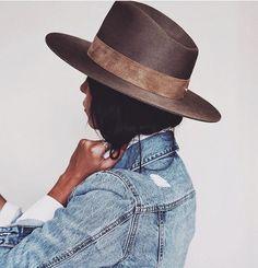 That perfect denim wash 🍨💫 // Light Wash Denim Jacket from Look Rock, Boho Fashion, Autumn Fashion, Womens Fashion, Classy Fashion, Fashion Details, Light Wash Denim Jacket, Outfits Mujer, Mode Boho
