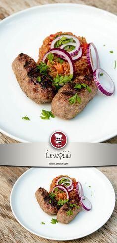 Cevapcici werden aus Lamm oder Rinder Hackfleisch mit einer entsprechenden Dosis Knoblauch hergestellt. Sie sind schnell zubereitet und brauchen auf dem Grill nicht mehr als 5 Minuten