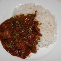 Find authentic vindaloo curry recipes for chicken, pork or tofu and see if you're brave enough to handle the heat! Poulet Vindaloo, Chicken Vindaloo, Le Curry, Mouth Watering Food, Pressure Cooker Recipes, Tasty Dishes, Food Photo, Indian Food Recipes, Baking Recipes
