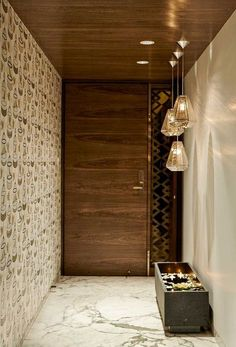 A modern entryway décor is a perfect opportunity to surprise your guests. You can create a sleek design with statement pieces or you prefer a more intimate and Foyer Design, Main Door Design, Entrance Design, Ceiling Design, Home Entrance Decor, Entrance Foyer, House Entrance, Entryway Decor, Main Entrance