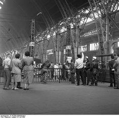 Der Wartesaal des Frankfurter Hauptbahnhofs 1960.