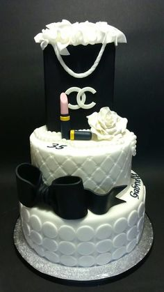 Cake chanel - Cake by Matilde Gorgeous Cakes, Pretty Cakes, Cute Cakes, Yummy Cakes, Amazing Cakes, Bolo Gucci, Bolo Chanel, Creative Cakes, Unique Cakes