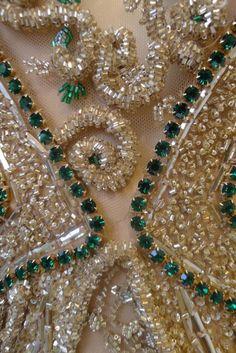 get_inspired-fabiana_milazzo-vestido-longo-nude-bordado-pedras-verdes-canutilhos-micangas-frente-detalhe