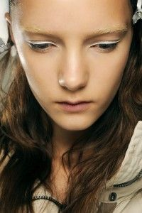 white eyeliner make-up trends http://www.flair.be/nl/beauty/268676/koude-make-upkleurtjes-zijn-hot