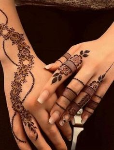 Finding the best Arabic Mehndi Designs - Check out the latest collection of Arabic Mehendi design images and photos for this year. Arabic mehndi designs easy are the most beautiful designs that are in demand. Here Are the Best 25 Arabic Mehndi Design. Henna Tattoos, Henna Tattoo Designs Simple, Henna Tattoo Hand, Henna Mehndi, Finger Tattoos, Sexy Tattoos, Mehendi, Foot Henna, Paisley Tattoos