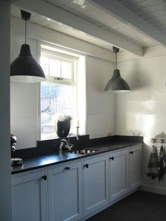 Country kitchen ideas are all about expressing your taste. Enjoy the best inspiration for 2018 and bring the country style to your lovely kitchen. Black Kitchen Countertops, Black Kitchen Cabinets, Black Kitchens, Home Kitchens, Upper Cabinets, White Cabinets, Kitchen Soffit, Kitchen Walls, Cupboards