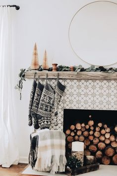 Party Minions: see how to decorate with the theme of the characters - Home Fashion Trend Bohemian Christmas, Cozy Christmas, Modern Christmas, Beautiful Christmas, Christmas Stockings, Xmas, Christmas Design, Christmas Decorations For The Home, Farmhouse Christmas Decor