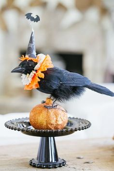 Try these spooky and fun DIY Halloween party ideas for your next bash. These best Halloween party decoration ideas will definitely stun your guests—candy corn bunting and morgue door décor, anyone? Retro Halloween, Diy Halloween Party, Couples Halloween, Halloween Festival, Holidays Halloween, Spooky Halloween, Happy Halloween, Halloween Decorations, Halloween Centerpieces