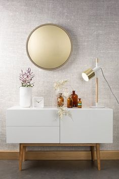 Thanks to this large gold-colored mirror your interior looks immediately stylish. In addition, the mirror glass is golden too! In this way, every refle … Source by debameubelen Grand Vase En Verre, Wallpaper Collection, The Block, Vase Deco, Bedroom Arrangement, Vase Design, Living Room Mirrors, Clear Glass Vases, Home Decor Accessories