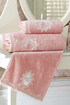 Luksusowe ręczniki we francuskim stylu z kolekcji DESTAN są miękkie i bardzo chłonne. Bardzo subtelnie zdobi je oryginalna koronka i haft w formie ornamentu.  Frotte ręczniki DESTAN 32x50 cm, 50x100cm i 85x150 cm z koronką, wykonane ze 100% czesanej bawełny, chłonne i miękkie, z ochroną antybakteryjną