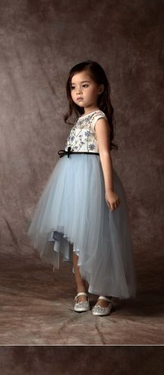 Tierno vestido infantil I like be the assymetry of this skirt. Still a beautiful tulle skirt but not so huge Baby Girl Frocks, Frocks For Girls, Dresses Kids Girl, Kids Outfits, Flower Girl Dresses, Baby Dresses, Baby Girl Frock Design, Robes Glamour, Kids Frocks Design