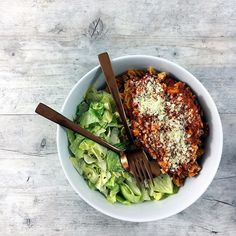 Dinner • Nudeln aus roten Linsen mit Tofu-Bolognese und Salat! 🍝